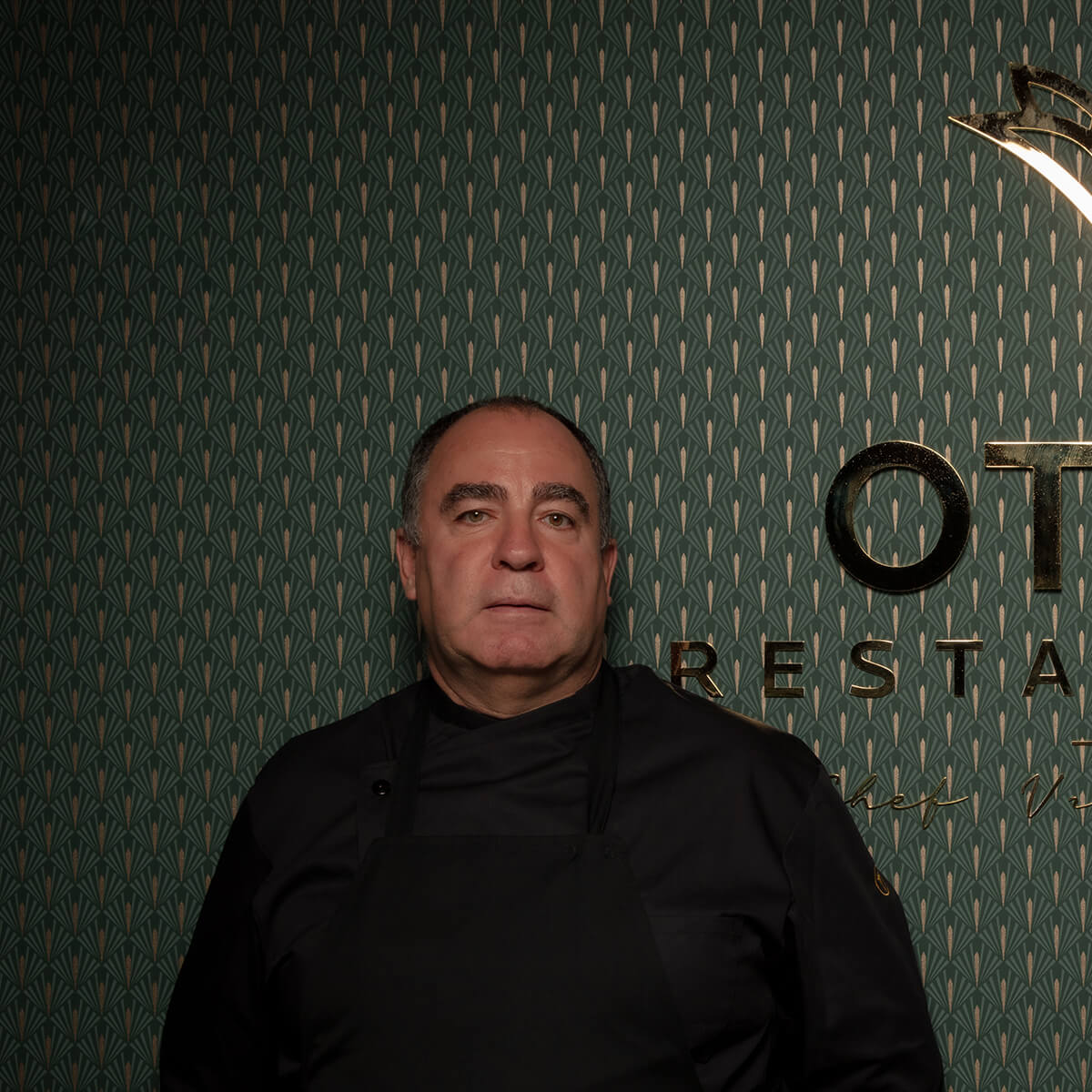 """Vitor Sobral  At 53 years old, Vítor Sobral's journey is mixed with the history of Portuguese gastronomy of the last three decades. In 1999, he was honored Chef of the Year by the Portuguese Academy of Gastronomy, and in 2006, he received the degree of Commander of the Order of Infante D. Henrique from the hands of then President Jorge Sampaio, for the work of dissemination and promotion he did of Portugal in the world . He is the most present Portuguese chef in the world, with restaurants on two continents. After its first """"Esquina"""", Tasca da Esquina in Lisbon (2009), multiplied Esquinas in Campo de Ourique - Peixaria da Esquina (2016) and Padaria da Esquina (2018), now existing in two more neighborhoods (Alvalade and Restelo ). In between, he sowed Esquinas in Brazil, where he gained a lot of fame, first with Tasca da Esquina de S. Paulo (2011), and then with two Bakeries of Esquina, in addition to Tasquinha da Esquina, at Shopping Morumbi. He adds projects, consultancies and worldviews whenever he considers that the quality and art of national cuisine can go hand in hand"""